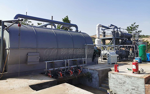 What is the temperature and pressure requirement during the operation of waste tire pyrolysis plant?